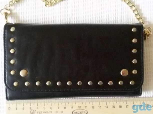 Сумка черная на кнопке и золотистом ремешке, новая, фотография 2