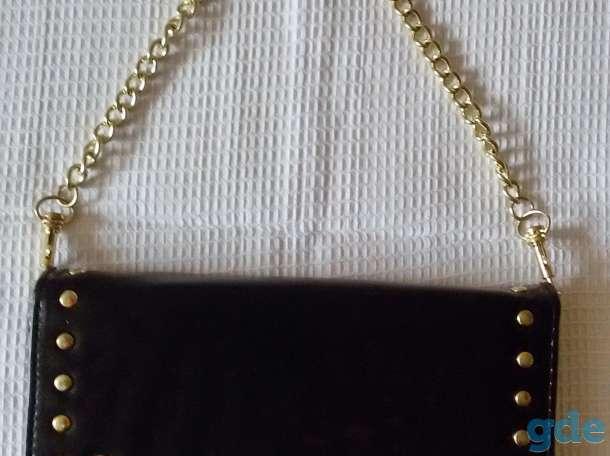 Сумка черная на кнопке и золотистом ремешке, новая, фотография 1