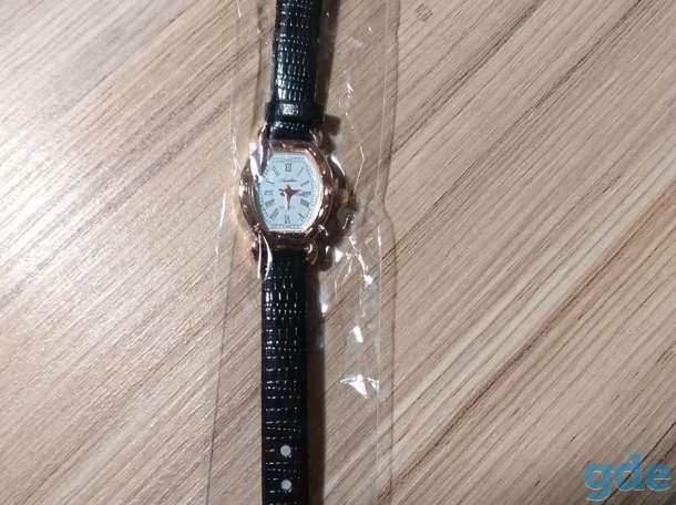 Часы золотистые с черным ремешком, кварцевые,  новые, женские, фотография 3